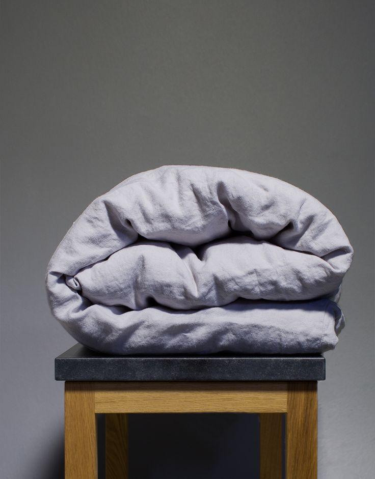 Påslakan i färgen misty gray i hundraprocentigt linnetyg. Våra linnelakan är ekologiska samt tillverkas under rättvisa villkor. Välkommen att testa du med!