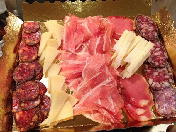 Bandeja de chorizo, queso curado zamorano, jamón serrano de teruel, lomo y salchichón