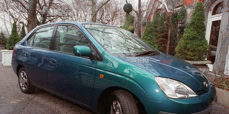 A História do Automóvel-O primeiro híbrido Disponível comercialmente apenas no Japão a partir de 1997, e lançado no mundo todo no ano 2000, o Toyota Prius foi o primeiro veículo híbrido a chegar ao mercado. A aposta da Toyota rendeu frutos: foram vendidas um milhão de unidades do Prius em 2008 e dois milhões em 2010, demostrando que os consumidores querem veículos econômicos com combustíveis alternativos.  Crédito da imagem: Marty Lederhandler/AP