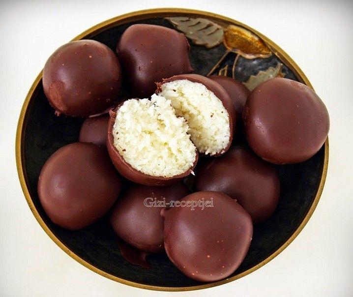 Hozzávalók 28-30 db golyóhoz:  20 dkg kókuszreszelék 10 dkg porcukor 2 cs vaníliás cukor 10 dkg mascarpone 1 tábla csokoládé (60%-os)  A...