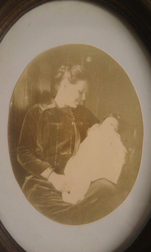 Oma S. met baby tante G.
