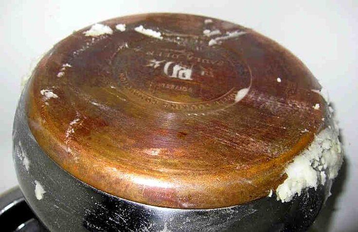 Еще один отличный способ очистить противни или сковородки от нагара.  Это очень простой способ, он не требует усилий и специальной подготовки. А посуда будет сверкать, как новая.    Берём: + 1/2 чашки соды, + 1 чайную ложку жидкости для мытья посуды, + 2 столовых ложки перекиси водорода.