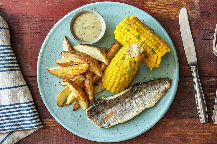Filet de merlu, épi de maïs et pommes de terre au four