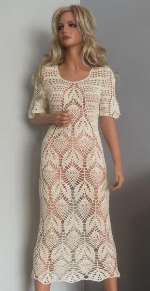 El vestido hecho de ganchillo a mano con hilo 100% algodón en color crudo. Tamaño 38-40, longitud 110 cm, busto 92-96 cm, caderas 98 94 cm. Lave a 30 grados, secos acostado a mano.