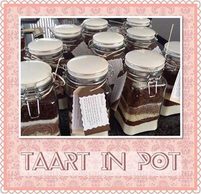 Taart in pot. De volgende ingrediënten doe je in laagjes in de pot:  250 Gr. Bloem, 50 Gr. Cacao, 125 Gr. Witte chocolade geschaafd,125 Gr. Bruine chocolade geschaafd, 80 Gr tafelsuiker,130 Gr bruine suiker, 1tl vanille suiker, 1 tlkaneel, 2 tl bakpoeder, 1/2 tl koekkruiden.   Verwarm de oven voor op 180 graden. Beboter een springvorm van 26 cm. Stort de inhoud van de pot in een beslagkom. Voeg toe, 3 eieren, 125 Gr zachte boter, 125 ml yoghurt. Bak de taart 50 min op 180 graden.