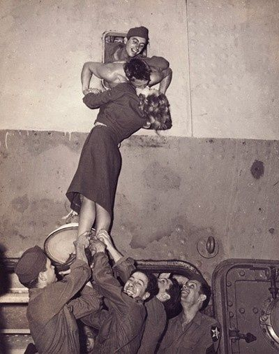 WWII kiss Find out your favorite kiss, repin it, like it ,comment it and share your kiss.