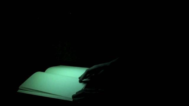 Raphaël Bastide - Écran suspendu sur un livre vierge