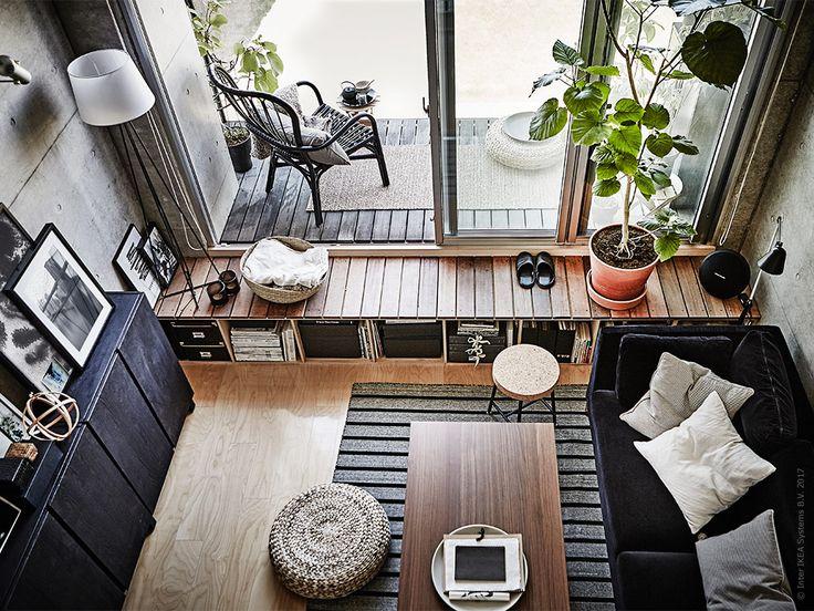 På få kvadratmeter men desto fler kubikmeter bor Aiko i en modern lägenhet med mycket ljus och urban stil. För att skapa en enhetlig känsla har hon inrett med svart och trä till de effektfulla råa betongväggarna.