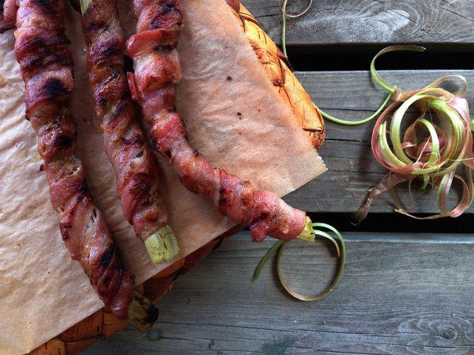 Pekoniin kääritty raparperi grillissä