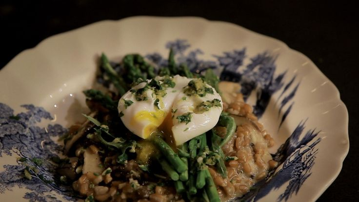 Het hoofdgerecht farrotto met shiitake en asperges komt uit het programma Koken met van Boven. Lees hier het hele recept en maak zelf heerlijke farrotto met shiitake en asperges.