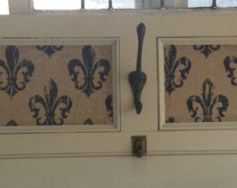 La main décoratif mur monté porte-manteau à l'aide de toile de jute imprimée primitif armoire porte & Fluer de Lis