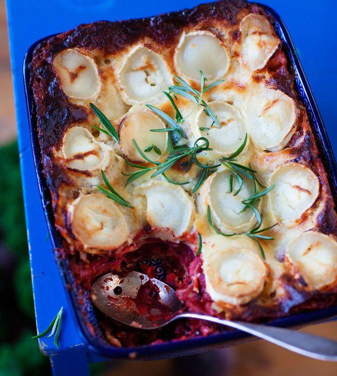 Linssit ja vuohenjuusto höystävät punajuurilasagenen ruokaisaksi. Yksi lasagnen parhaista puolista on maukas juustokastike, joka valmistuu keittämättä.