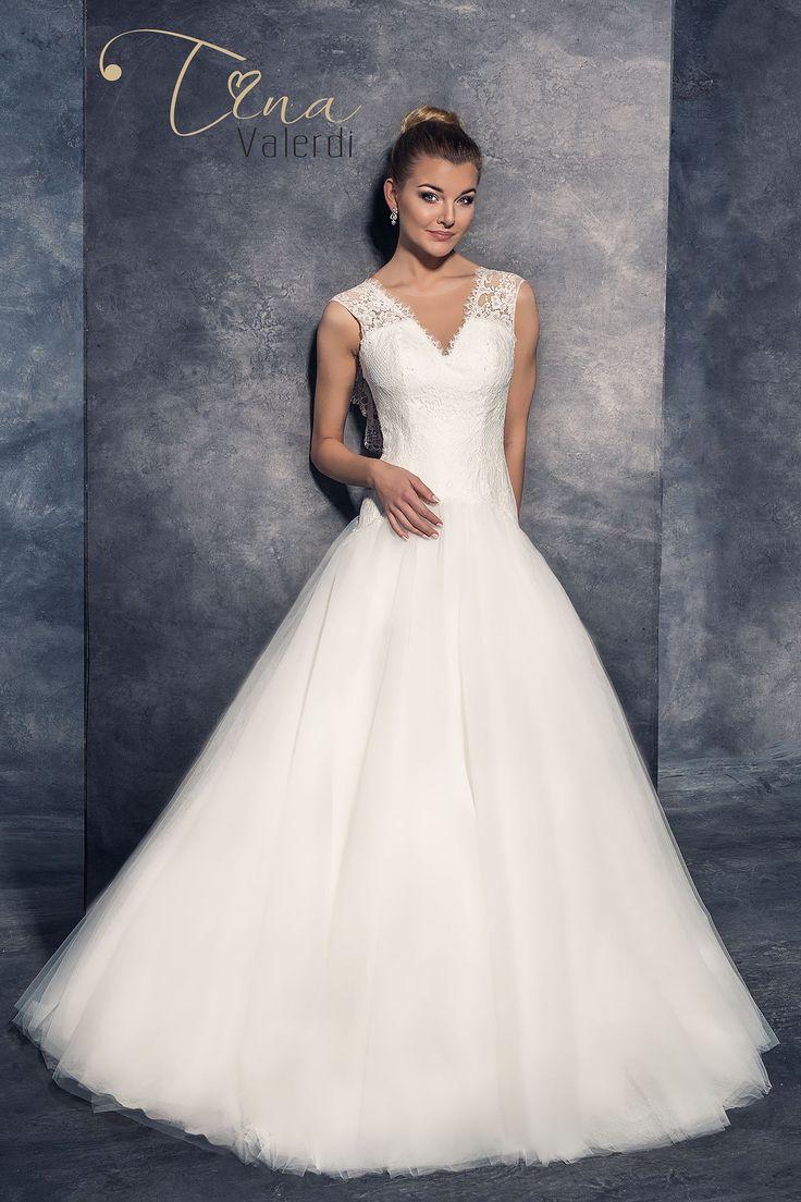 Krásne svadobné šaty so širokou sukňou a s odhaleným chrbtom
