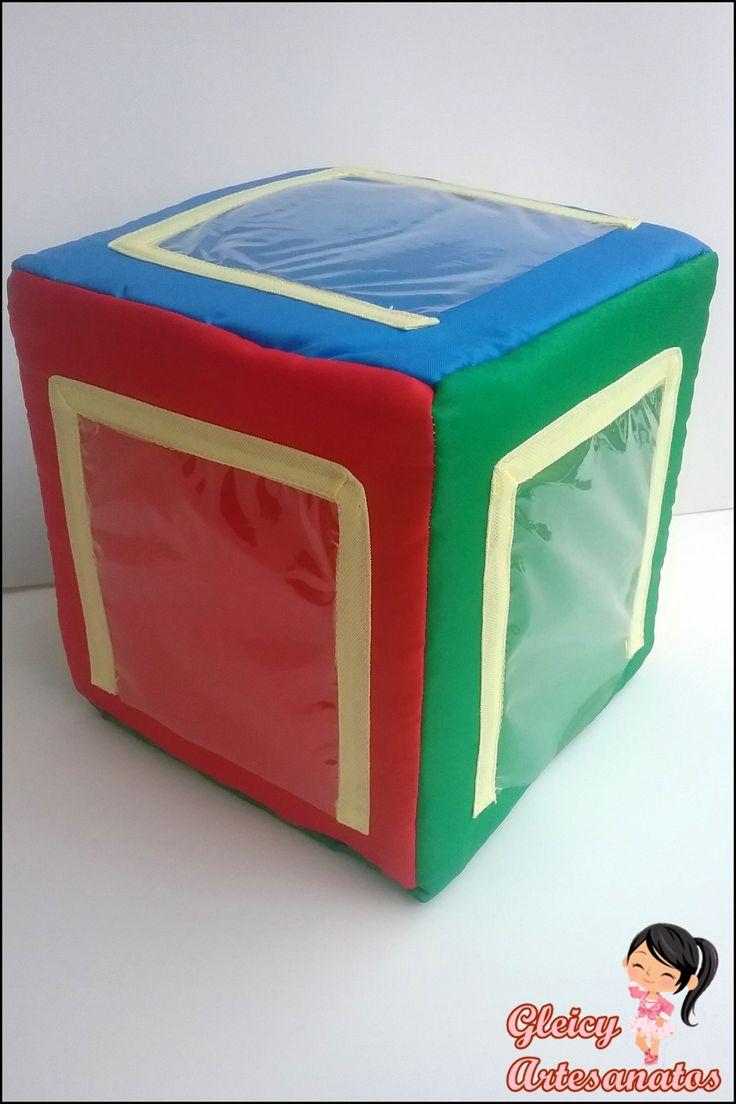Cubo didático de 15cm feito com cubo de espuma, tecido e espaço do plastico transparente para encaixar as formas geométricas.