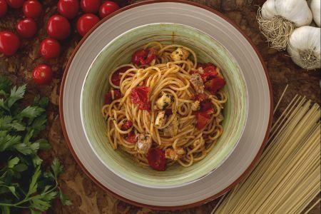 Spaghetti all'acqua pazza - Pesce, pasta e pomodorini, con questi tre ingredienti si realizza un piatto molto saporito: gli spaghetti all'acqua pazza, un piatto della tradizione gastronomica campana che nasce come pietanza povera preparata dai pescatori sui pescherecci con i pesci piccoli , quelli di scarto che non avrebbero potuto vendere al mercato.  Fu così che inventarono questa semplice ricetta che ora viene realizzata con pesci più pregiati come l'orata. Gli spaghetti all'acqua pazza…