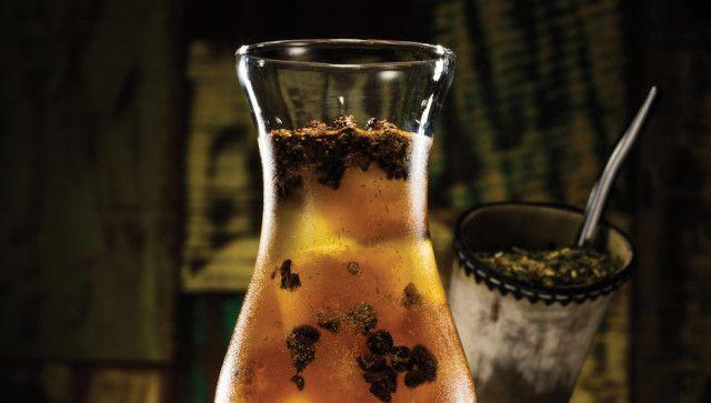 Ingredientes • Erva-mate para o preparo de tereré – o suficiente para encher uma cuia de chifre • 15 g de menta desidratada* • ¼ de fava de baunilha • 20 g de capim-cidreira • 5 cubos de gelo de café, feito a partir de um cold brew (pode ser comprado pronto ou extraído em …