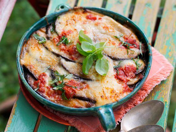 Wir gewähren Ihnen einen Einblick in die mediterrane Küche und zeigen, wie einfach diese köstliche italienische Aubergine Parmigiana zubereitet wird. Das kulinarisches Geschmackserlebnis kommt direkt aus dem sonnigen Süden und ist die ideale Beilage zu gebratenem Fleisch oder würzigem Fisch vom Grill.