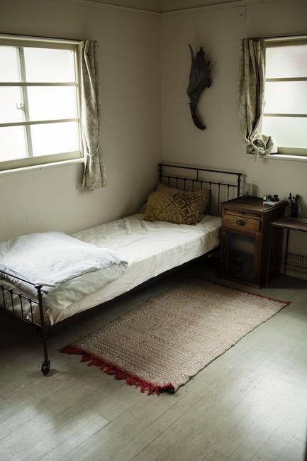 部屋の広さに合わせて作ったという小ぶりなベッド。「寝心地よりも、空間とのバランスのほうが大事」
