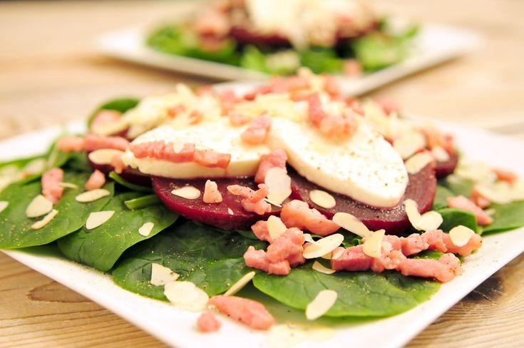 Bietensalade, wij zijn er gek op! Dit keer een salade recept van bieten met spinazie, mozzarella en amandelen, verrassend lekker en natuurlijk heel voedzaam. Je kunt deze salade eten als lunch, diner of in kleinere porties als voorgerecht. Spinazie en bietjes bevatten veel belangrijke voedingsstoffen die je nodig hebt om goed te kunnen functioneren.