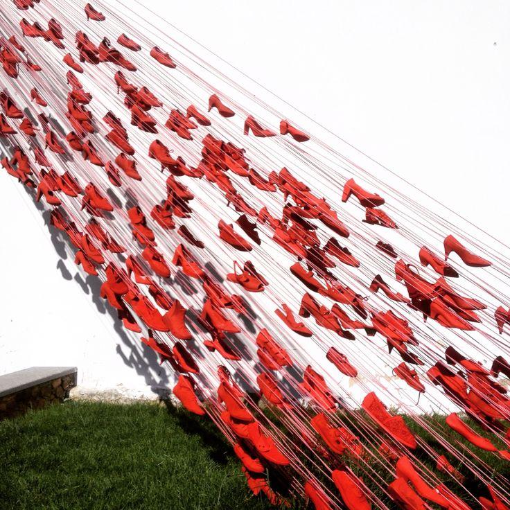 Queda de sapatos vermelhos