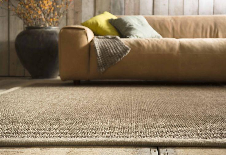 Een karpet in een woonkamer met een landelijk interieur.