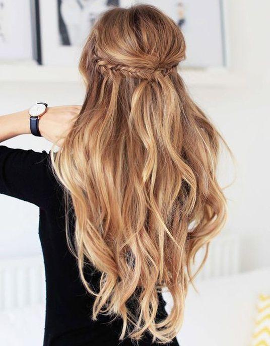 """Une mini couronne tressée version """"fishtail"""" avec les cheveux lâchés"""