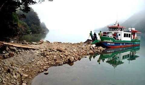 Barcaza Esperance on the far side of Lago Espolon. | From Futaleufu Turismo: https://mbasic.facebook.com/turismoenfutaleufu?v=timeline&timecutoff=1383655154&page=6&sectionLoadingID=m_timeline_loading_div_1388563199_1357027200_8_6&timeend=1388563199&timestart=1357027200&tm=AQB7z4k64hEOhDSx
