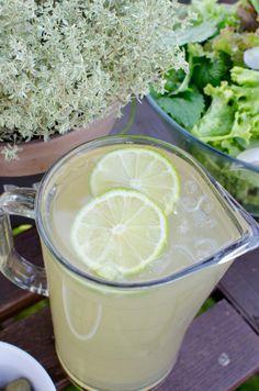 Super leckerer Eistee zum Selbermachen mit Ingwer, grünem Tee, Honig und Limetten. Super erfrischend!
