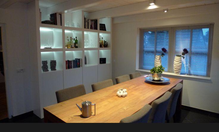 7D Weliswaar geen renovatie, maar als aanvulling  op het keukentraject een mooie wandkast op maat met indirecte verlichting. De deuren en staanders zijn hierbij gelijk als die van de gerenoveerde keuken.