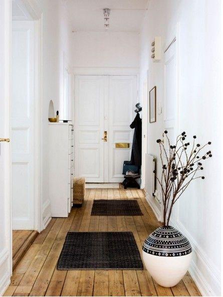 Wohnungstür, naturbelassene Dielen, minimal