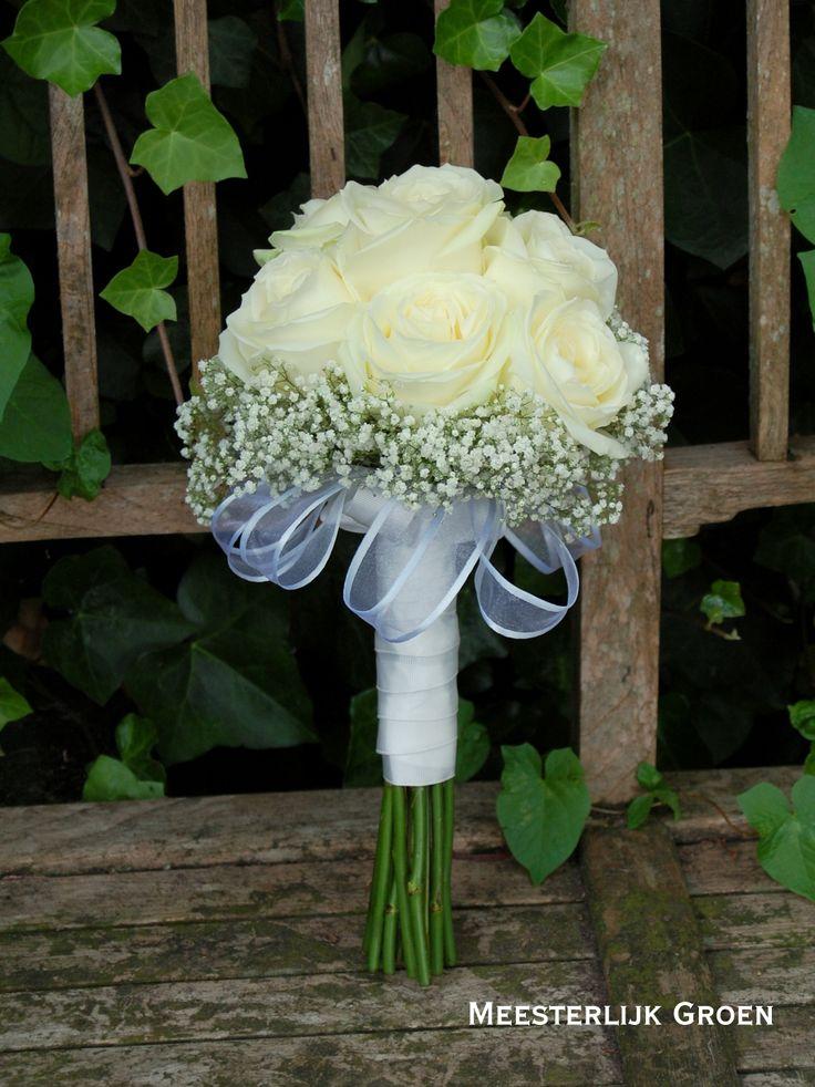 Klassiek bruidsboeket in wit - Witte rozen met wit gipskruid en lint. www.meesterlijkgroen.nl