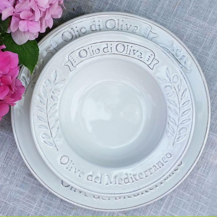 Un homenaje a la cocina italiana! La colección OLIO OLIVA celebra las tradiciones de la península y nos transporta a los maravillosos paisajes mediterráneos. Una preciosa loza para vestir las mesas más lindas en este verano.