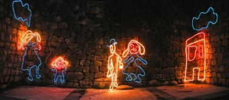 Una luce nuova. Che vuole aprire un varco, una feritoia nel buio ansiogeno delle difficoltà che stiamo attraversando. La luce della festa di Natale, vissuta con la semplicità e l'entusiamo dei bambini.