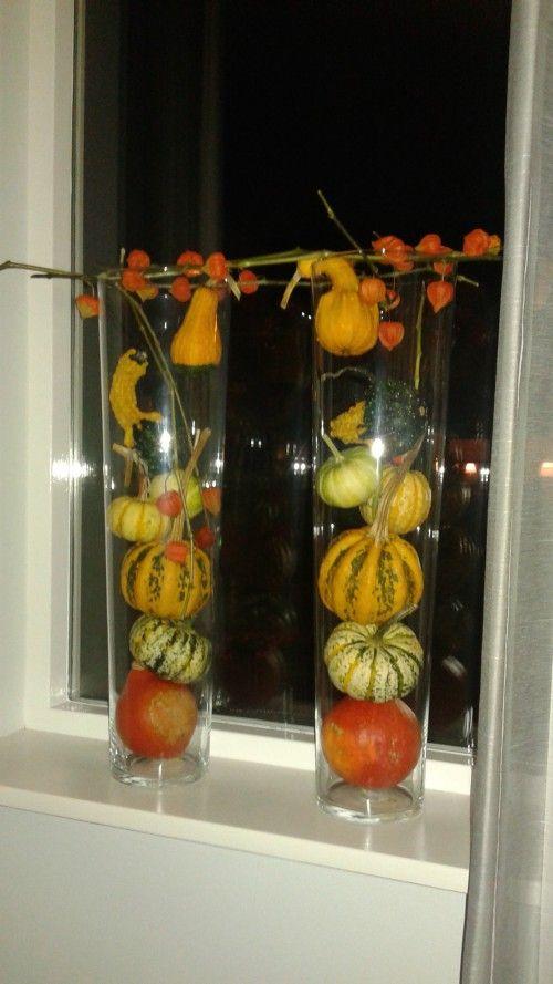 2 hoge glazen vazen van de action met pompoenen  kalebassen  lampionnetjes. Erg leuk voor in de herfst.