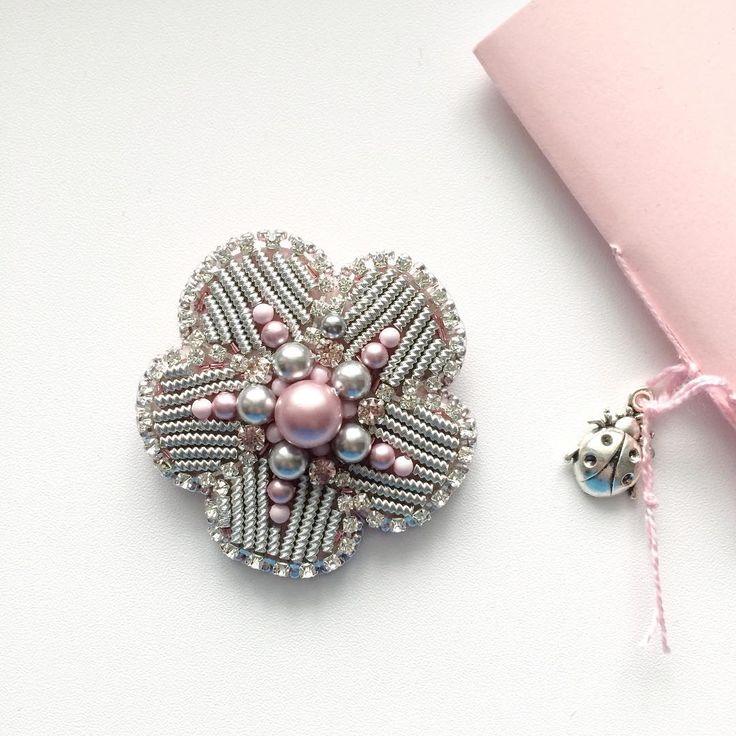 Так хотелось вышить брошь серебристую с розовым Получилась сверкающая и нежная! И вообще я обожаю розовый цвет, и серебристый металл!  Давайте поиграем: - какую ещё брошь можно сделать розовой? За самую лучшую и интересную идею обещаю кучку лайков♥️  Цветочек продаётся! 2.200 руб Больше фото на @shantual_shop