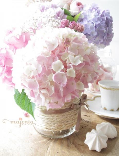 Délicat, lumineux et très peu parfumés, les hortensias habillent à merveille une table