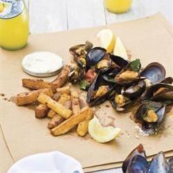 Mussels in cider with harissa-chips and aioli/Mossels in appelbier met harissaslaptjips en aïoli