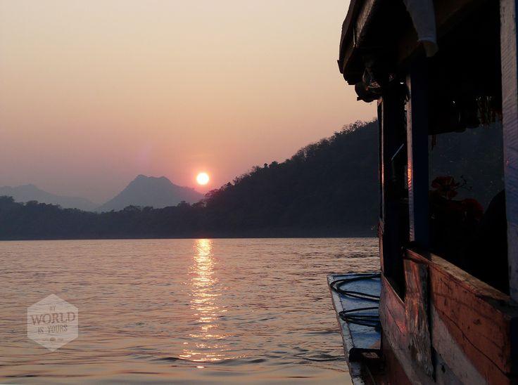 Als de rode bal achter de heuvels is verdwenen, keert de man zijn boot. Luang Prabang maakt zich op voor de nacht. Geen feesten tot in de vroege ochtend, want al zit de stad vol toeristen, hier geldt het ritme van de Boeddha.