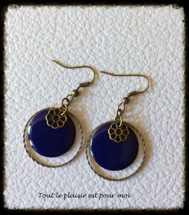 Boucles d'oreilles métal bronze, anneau fermé strié métal bronze, sequin bleu nuit et petite estampe métal