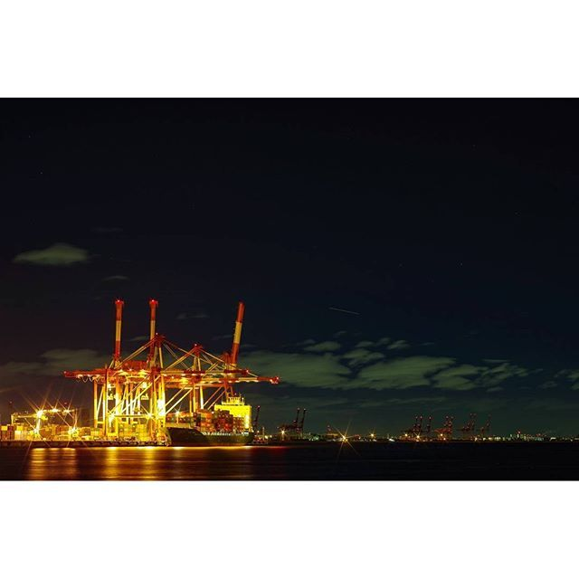 Instagram【_fumizo_】さんの写真をピンしています。 《Huge cranes at Kobe bay area, collaboration with shooting star. ポートアイランドで船にコンテナを積み込み中の巨大なクレーン。出来上がった写真には流れ星が。  #神戸 #kobe #ポートアイランド #portisland #クレーン #crane #コンテナ #container #船 #ship #港 #bay #夜景 #nightscape #流れ星 #shootingstar  shot with #PENTAX #K50 and #RIKENON 50mm f/1.7》