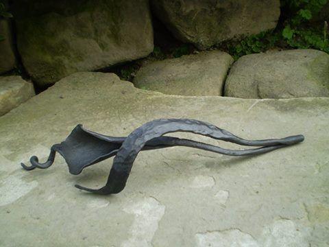 Hand forged sculputre metal calla flower. See more my work: https://www.facebook.com/OGNIK-kowalstwo-artystyczne-Szalowa-1536036913329982/?ref=hl  Ręcznie kuty kwiat kalii