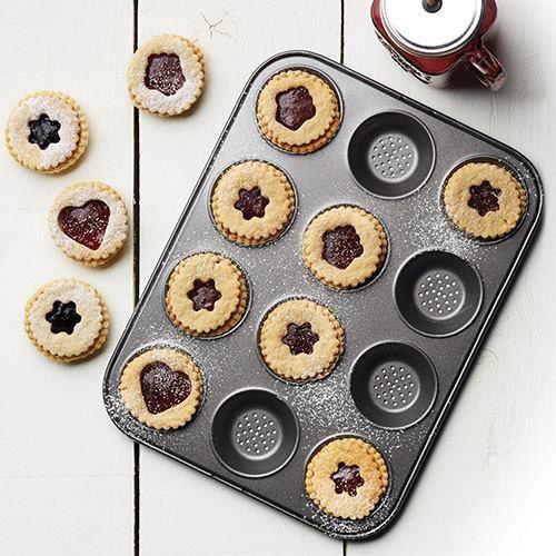 Vuoi preparare gustose creazioni in pasta dolce e salata ?! Gli stampi forati antiaderenti Kitchen Craft garantiscono un'eccellente circolazione dell'aria calda nel forno, permettendo una doratura perfetta ed una crosta croccante.