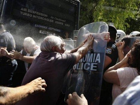 Anziani contro poliziotti: durante una manifestazione contro la politica di austerità del governo, pensionati greci vengono dispersi con gas lacrimogeni dalle forze dell'ordine.