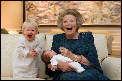 Oma met de kinderen van Friso en Mabel
