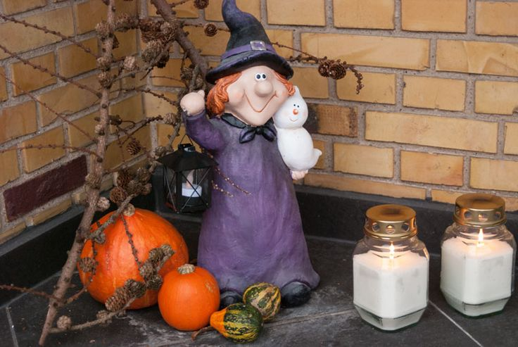 My halloween decor at the front door. Kids love it! See more at www.evabyeva.dk