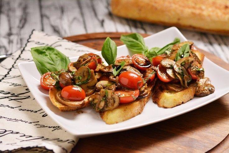 Брускетта с жаренными грибами и свежими помидорами  Ингредиенты:  Багет — 1 шт. Помидоры черри — 300 г  Любимые грибы (чем меньше грибок - тем лучше) — 300 г Чеснок — 5 зубчиков Небольшая луковица — 1 шт. Бальзамический уксус — 1 ст. л. Оливковое масло — 50 мл  Белое вино — 50 мл  Свежий базилик — по вкусу Розмарин — по вкусу Черный перец — 1 щепотка  Соль — по вкусу  Приготовление:  1. Разогреваем сковороду, наливаем в нее немного оливкового масла, кладем нарезанный лук и обжариваем его до…