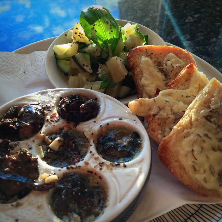 Etanoita, basilikasalaat- tia ja rosmariinileipää  Snails in garlicbutter