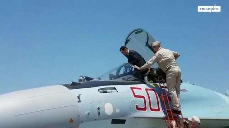 La présidence syrienne a diffusé mardi une vidéo montrant le président Bachar al-Assad en costume cravate monter dans un avion de chasse russe présenté sur la base aérienne de Hmeimim près de Lattaquié.