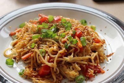 Eine sehr leckeres Heißluftfritteusen Rezept für eine einfache und schnelle asiatische Nudelpfanne. In 15-20 Minuten ist die Nudelpfanne serviert.