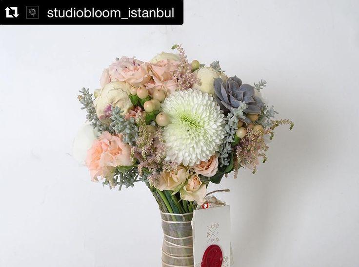 #Repost @studiobloom_istanbul with @repostapp.  Beyaz - Toz Pembe Şakayık   Somon Çardak Gül   Lila-Gri Echeveria   Astilbe   Beyaz Krizantem   Kochis   Hyperivum Honey Flair  #studiobloom #bridal #gelinbuketi #wedding #floraldesign #istanbul